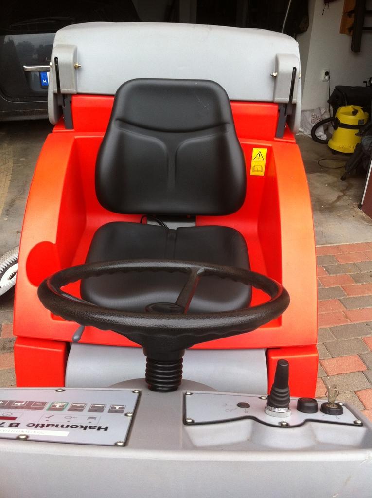 HAKO B750 R padlótisztító automata - FELÚJÍTOTT